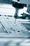 Филировальная машина работая на стальной детали Стоковые Изображения