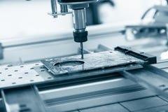 Филировальная машина работая на стальной детали Стоковые Фото
