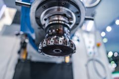 Филировальная машина CNC механической обработки Processin инструментального металла современное Стоковая Фотография