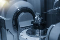 Филировальная машина CNC 5 осей режа части лезвия турбины с твердыми инструментами мельницы шарового наконечника стоковая фотография rf