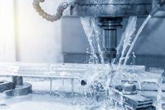 Филировальная машина CNC режа часть прессформы с твердым инструментом мельницы шарового наконечника и охлаждая жидкостью хладоаге стоковое изображение rf