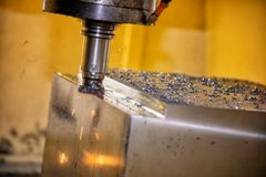 Филировальная машина CNC режа часть прессформы стоковые фото