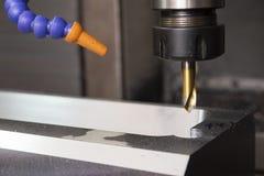 Филировальная машина CNC сверля часть прессформы с инструментом разбивочного сверла стоковая фотография rf