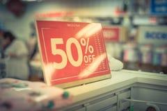 Фильтрованный отображайте 50 процентов с продажи подпишите над одеждами на магазине одежды младенца с покупками клиента стоковое фото
