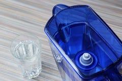 Фильтр для очищая питьевой воды на таблице в кухне Очищение питьевой воды дома стоковые фотографии rf