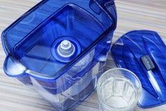 Фильтр для очищая питьевой воды на таблице в кухне Очищение питьевой воды дома стоковые изображения rf