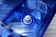 Фильтр для очищая питьевой воды на таблице в кухне Очищение питьевой воды дома стоковая фотография