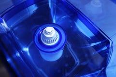Фильтр для очищая питьевой воды на таблице в кухне Очищение питьевой воды дома стоковые изображения