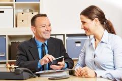 Финансирование консультанта расчетливое в офисе стоковая фотография