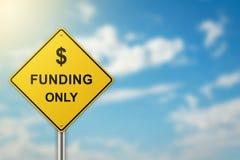 Финансирование на дорожном знаке стоковое фото