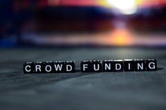 Финансирование толпы на деревянных блоках Принципиальная схема дела и финансов стоковое изображение