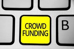 Финансирование толпы сочинительства текста почерка Клавиатура пожертвований платформы обещания запуска Kickstarter смысла концепц стоковое изображение rf