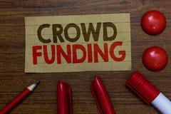 Финансирование толпы сочинительства текста почерка Marke Paperboard пожертвований платформы обещания Kickstarter смысла концепции стоковые фото