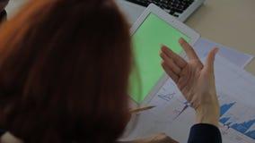 Финансисты с компьтер-книжкой в руке и экране для насмешки видеоматериал