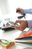 Финансист дела работая на банке Стоковые Фотографии RF