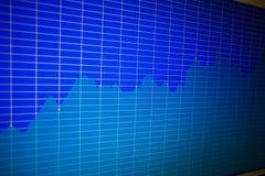 Финансовая диаграмма на экране монитора компьютера Запас c предпосылки Стоковые Фото