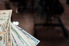 Финансовая предпосылка: деньги на таблице Стоковое Изображение