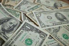 Финансовая предпосылка сделанная случайной кучи бумажных денег в значении одного, 20 и 100 USD в случайном pi Стоковые Изображения RF