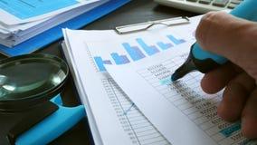 Финансовая проверка Рука проверяет с списком отметки диаграмм дела в офисе сток-видео