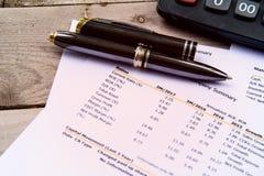 Финансовое заявление бюджета прочитало и проверяет номер для analysi Стоковые Фото