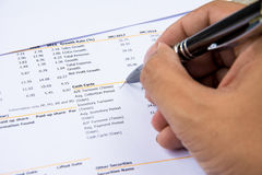 Финансовое заявление бюджета прочитало и проверяет номер для анализа инвестирует запас стоковая фотография