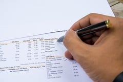 Финансовое заявление бюджета прочитало и проверяет номер для анализа инвестирует запас Стоковые Изображения
