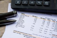 Финансовое заявление бюджета прочитало и проверяет номер для анализа инвестирует запас Стоковые Фото