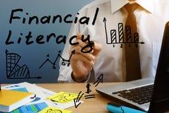 Финансовохозяйственная грамотность Человек на таблице стоковая фотография