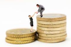 финансовохозяйственный человек увеличения помощи к женщине Стоковое Фото