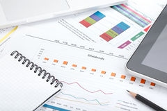 Финансовые бумаги, компьютер и канцелярские товары стоковое фото rf