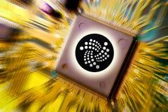 финансовые деньги технологии и интернета - минирование монтажной платы и монетка IOTA MIOTA стоковое фото rf