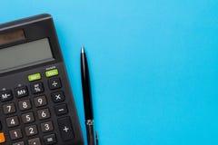 Финансовые деятельность, бухгалтерия, вычисление налога или сбережение и инвестирование, черный калькулятор с ручкой на твердой г стоковое изображение