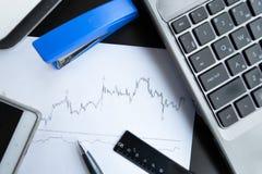 Финансовые диаграммы на таблице офиса Стоковое Изображение RF