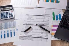 Финансовые диаграммы, диаграммы, диаграммы, финансовый отчет, компьютер и ручка Стоковая Фотография