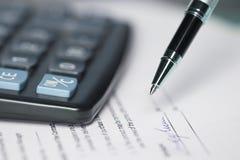 Финансовые заем, ипотека или покупка и надувательство денег заключают контракт с банком, напечатанной бумажной формой с ручкой дл стоковая фотография rf