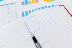 финансовые диаграммы и диаграммы дела, книга и примечание Стоковые Фотографии RF