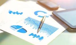Финансовые диаграммы на таблице с таблеткой и ручкой Стоковая Фотография RF