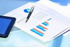 Финансовые диаграммы на таблице с таблеткой Стоковое Изображение RF