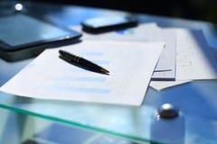 Финансовые диаграммы на таблице Стоковое фото RF