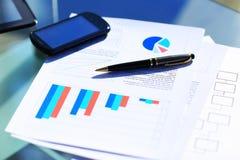 Финансовые диаграммы на таблице Стоковое Изображение