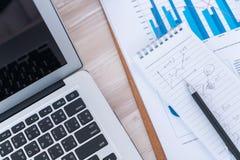 Финансовые диаграммы на таблице Стоковые Фотографии RF