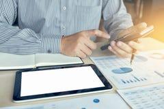 Финансовые инвестиции бизнесмена или бухгалтера работая на calcu Стоковая Фотография RF