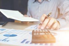 Финансовые инвестиции бизнесмена или бухгалтера работая на calcu Стоковое Изображение