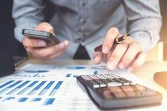 Финансовые инвестиции бизнесмена или бухгалтера работая на calcu Стоковое Изображение RF