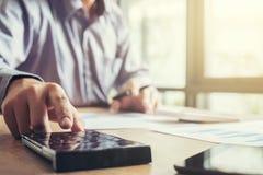 Финансовые инвестиции бизнесмена или бухгалтера работая на calcu Стоковые Фотографии RF