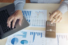 Финансовые инвестиции бизнесмена или бухгалтера работая на calcu Стоковое Фото