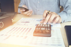Финансовые инвестиции бизнесмена или бухгалтера работая на calcu Стоковое фото RF