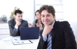Финансовые менеджеры в рабочем месте стоковое фото