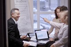 Финансовые партнеры обсуждая новый коммерчески контракт стоковое изображение