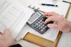 Финансовые результаты бизнесмена расчетливые Стоковая Фотография RF
